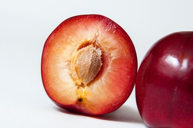 Świeża śliwkowa owoc odizolowywająca