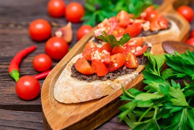 Świeża smaczna bruschetta z sosem truflowym, natką pietruszki i pomidorami