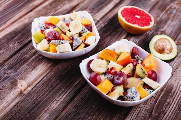 Świeża, smaczna i zdrowa żywność. obiad lub pomysły na śniadanie. sałatka z owoców smoka, winogron, jabłko