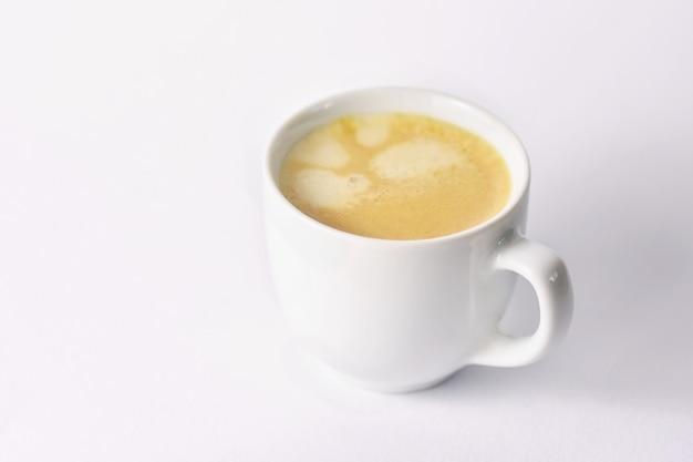 Świeża smakowita kawy espresso filiżanka na tle