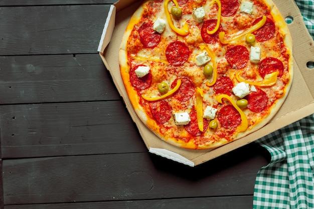 Świeża smakowita pizza na drewnianym