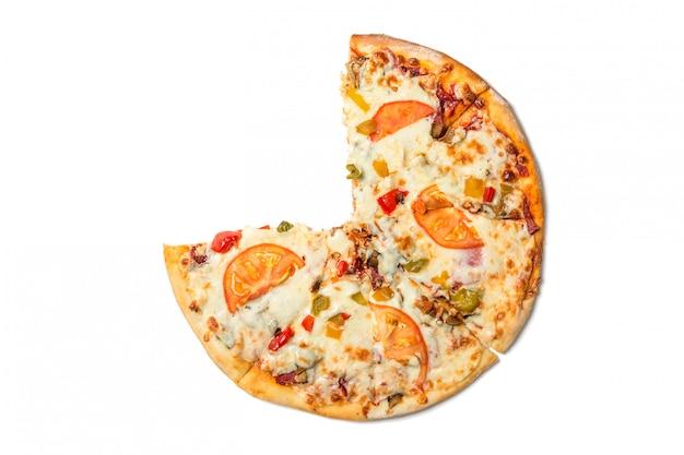 Świeża smakowita pizza z pomidorami, oliwkami, serem, kiełbasą i pieczarkami odizolowywającymi na bielu.