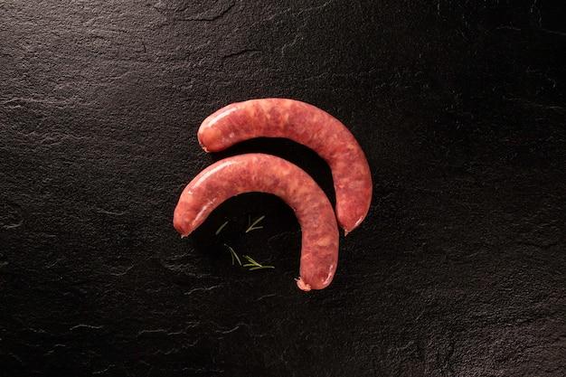 Świeża surowa kiełbasa pepperoni. surowa kiełbasa pepperoni na desce. widok z góry.