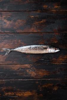 Świeża surowa makrela na drewnianym stole