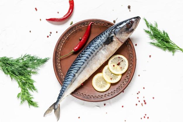 Świeża surowa makrela z ziele i pikantność na glinianego talerza odgórnym widoku.