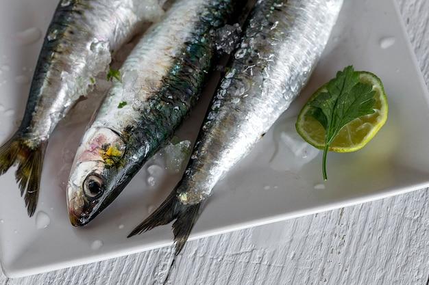 Świeża surowa ryba na drewnianej desce. tło. z góry