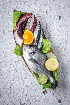 Świeża surowa ryba na drewnianej desce. tło.