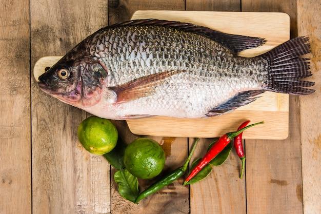Świeża surowa ryba na drewnie