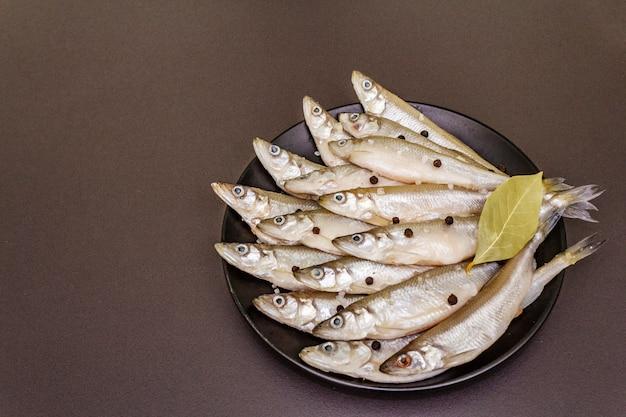 Świeża surowa ryba pachniała lub sardynki gotowe do gotowania