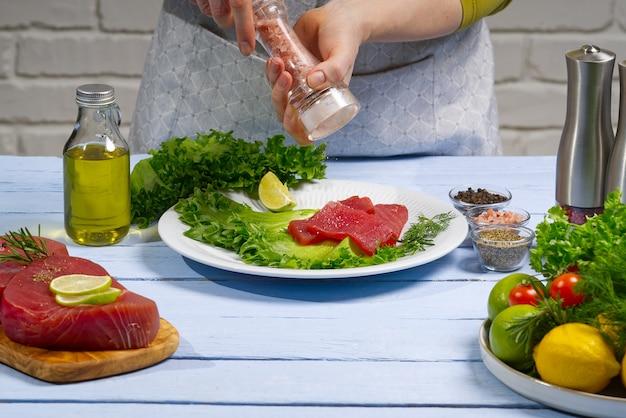 Świeża surowa ryba tuńczyka została pokrojona na kawałki, gotując tuńczyka