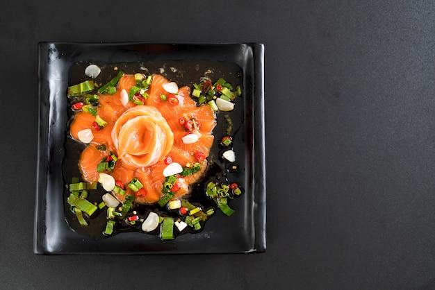 Świeża surowa sałatka z łososia