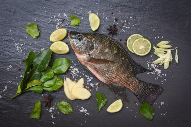 Świeża surowa tilapia ryba słodkowodna na czerni