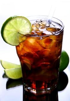Świeża szklanka mrożonej herbaty z limonką