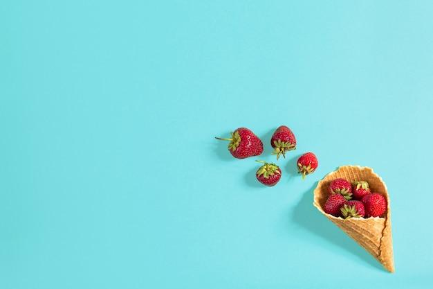 Świeża truskawka w rożku waflowym. koncepcja kreatywnej żywności. płaski świeckich, widok z góry. skopiuj miejsce. martwa natura makieta płaska leżała