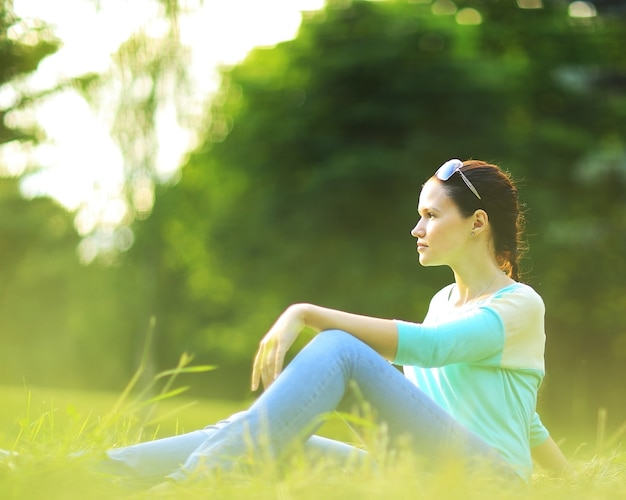 Świeża twarz młodej kobiety portret na zewnątrz w słońcu