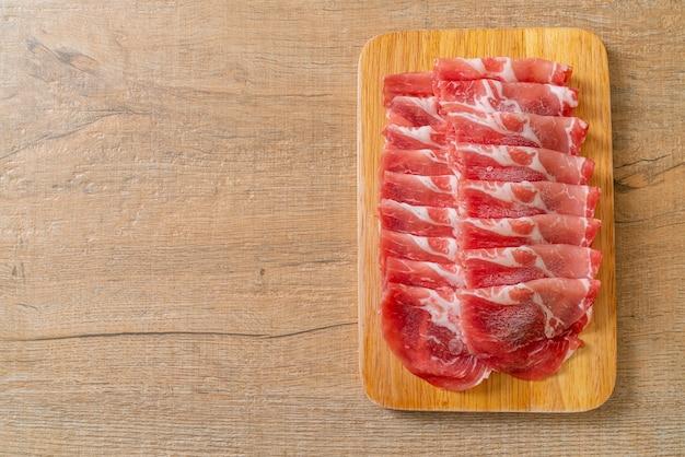 Świeża wieprzowina w plastrach surowa