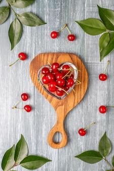 Świeża wiśnia na talerzu na drewno stole