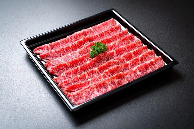 Świeża wołowina surowa krojona w marmurkowe