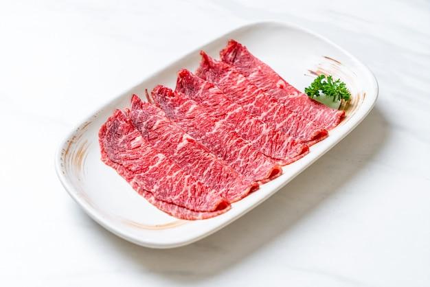 Świeża wołowina surowa w plasterkach