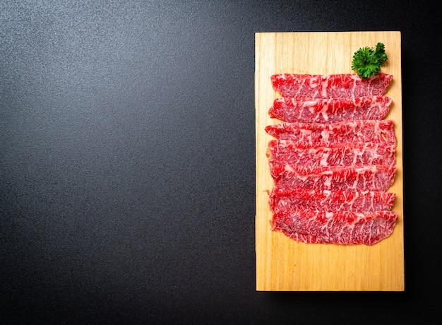 Świeża wołowina w plasterkach o marmurkowej teksturze