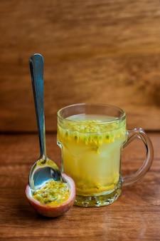 Świeża zdrowa herbata z marakui