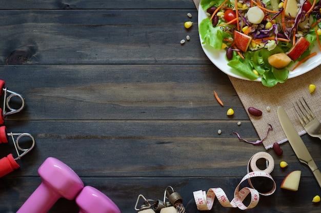 Świeża zdrowa sałatka z dumbbells dla diety