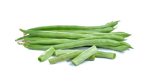 Świeża zielona fasola na białym tle