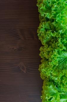 Świeża zielona sałata na ciemnym tle. chodzi o wegetarianizm.
