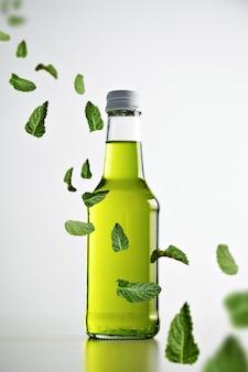 Świeża zimna zielona lemoniada w rustykalnej zamkniętej szklanej butelce na białym