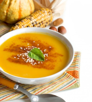 Świeża zupa dyniowa i warzywa