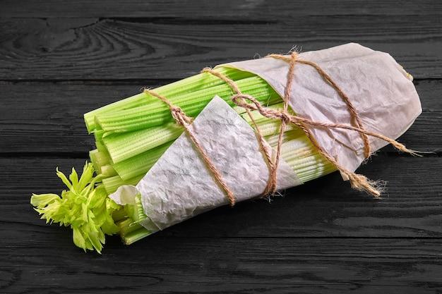 Świeża żywność ekologiczna w papierowej torbie rzemieślniczej świeże warzywa sałatka ogórek seler cebula awokado i pietruszka na drewnianym tle z miejsca na kopię