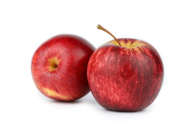 Świeże 2 czerwone jabłka na białym tle