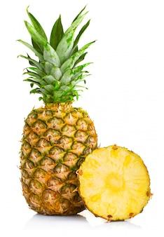 Świeże ananasowe owoc z cięciem i zieleń liśćmi odizolowywającymi na bielu