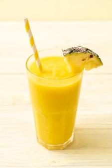 Świeże ananasowe smoothie szkło na stół z drewna