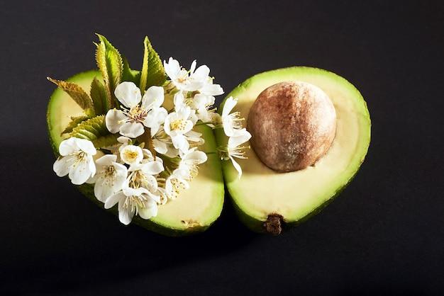 Świeże awokado na czarno. pyszne owoce