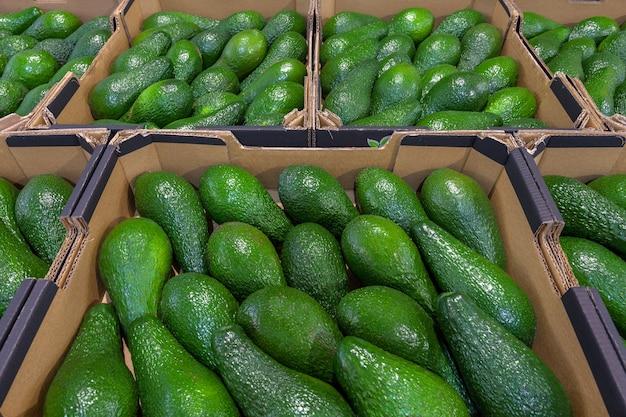 Świeże awokado na widok z góry rynku warzyw. koncepcja zdrowej żywności. wysokiej jakości zdjęcie