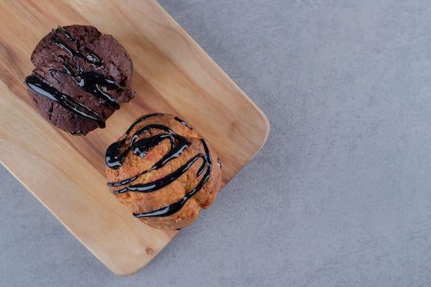 Świeże babeczki domowej roboty. sos czekoladowy. widok z góry