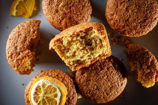 Świeże babeczki pomarańczowe na okrągłym talerzu.