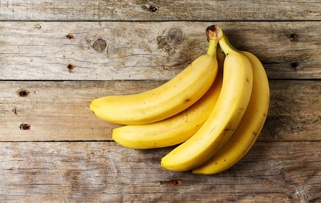 Świeże banany na drewnianym stole