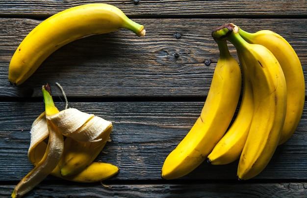 Świeże banany na podłoże drewniane. owoce, przyroda, jedzenie