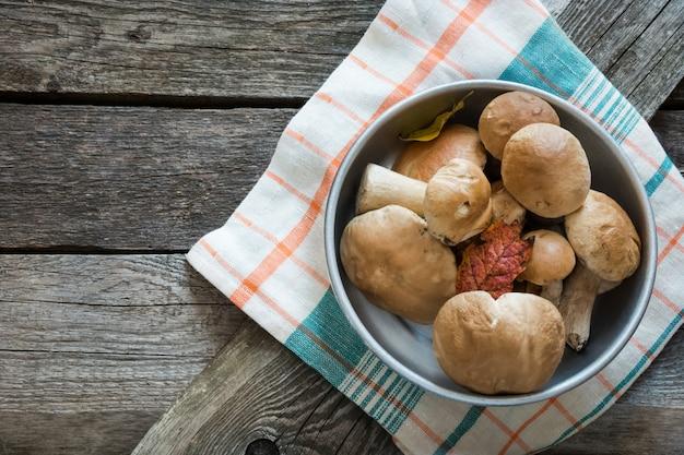 Świeże białe grzyby borowik szlachetny w koszyku do gotowania. koncepcja upadku.