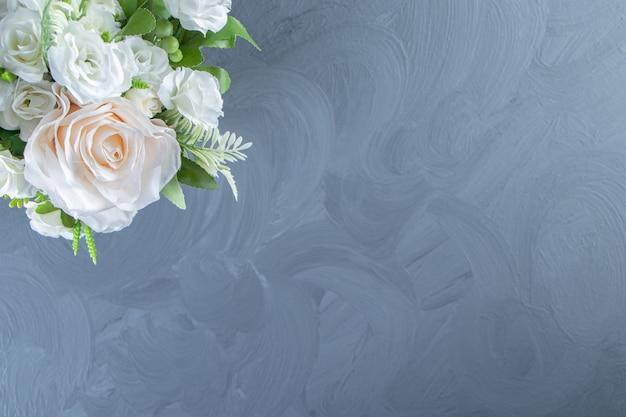 Świeże białe kwiaty w wazonie na marmurowym stole.