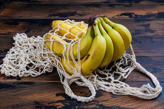 Świeże bio banany w torebce z siatki ekologicznej