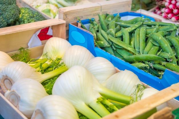 Świeże bio warzywa na targu rolnym w paryżu, francja. typowy europejski lokalny targ rolniczy.