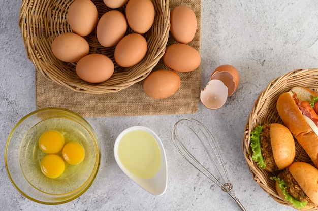 Świeże brązowe jajka i pieczywo