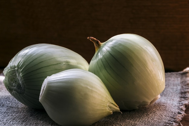 Świeże bulwy cebuli na naturalnym jucie,