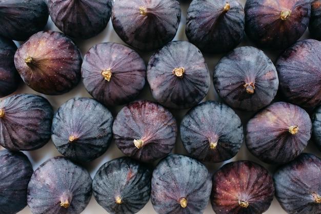 Świeże całe dojrzałe figi na białym tle. tło zdjęcie żywności. flat lay, widok z góry.