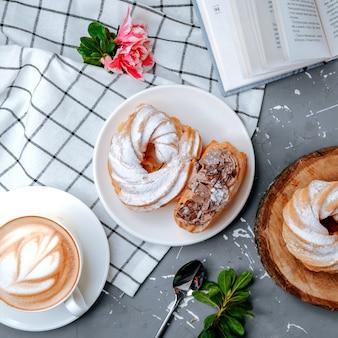 Świeże cappuccino ze słodką rozkoszą