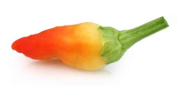 Świeże chili z bliska na białym tle
