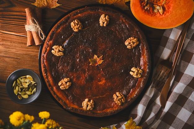Świeże ciasto z dyni na drewnianym tle widok z góry